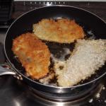 Die Schnitzel ins heiße Bratenfett von beiden Seiten je ca.6 Mintuten braun braten. Auf einen Teller anrichten, Zitronenscheibe dazugeben. Dazu paßt gut ein Salat und Brot