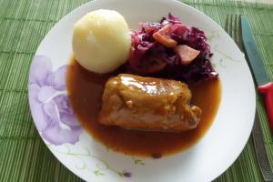 Rezept: Rinderrouladen mit Apfelrotkohl und Kartoffelklöße