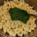 Pesto an die Nudeln geben