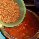 Linsen in die Suppe geben