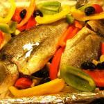 Dorade und Gemüse angerichtet auf ein Backblech