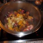 Fleisch,Gewürze, Tomatenmark anbraten