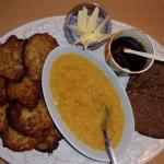 bergisches Abendbrot: Reibekuchen, Butter, Schwarzbrot,Apfelmuß und Rübenkraut