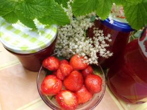 Rezept: Erdbeer Holunder Marmelade mit Zitronenmelisse