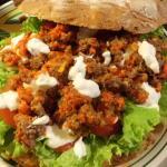 Fladenbrot füllen mit Salat,Tomaten, Joghurtdip und Hackfleisch Joghurtdip