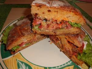 Rezept mit Brot: gefülltes Brot mit Hack, Salat und Joghurtsauce
