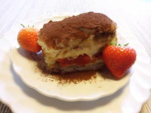Tiramisu Nachtisch  ohne Alkohol, gefüllt mit einer Erdbeerkonfitüre