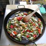 spanische Paella:Gemüse andünsten in der spanische Paella Pfanne