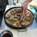 spanische Paella:Geflügel dazugeben  weiter köcheln lassen