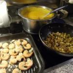 Kürbis Apfel Suppe: Garnelen und Kartoffeln braten