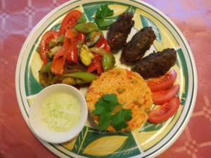Rezept für Cevapcici mit Djuvec Reis und Paprikagemüse