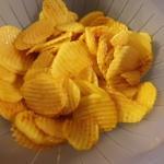 im Sieb die marinierten Kartoffelscheiben abtropfen lassen
