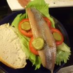 Matjesbrötchen belegen mit Remolade,Salat,Tomate Matjes und Gurken