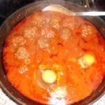 der Sauce wurden die Hackbällchen 35 Minuten gekocht dann die Eier dazu gegeben und 5 Minuten ziehen lassen
