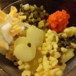 Zutaten für Kartoffelsalat mit Öl und Essig,Lachsersatz,Apfel,Eier,Kapern,Gurken
