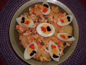 Kartoffelsalat mit Öl und Essig verfeinert mit Lachsersatz