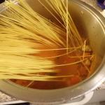 Spaghetti in der Lammbrühe kochen