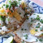 Schichtsalat mit Toast und Spiegelei ( Thailand)