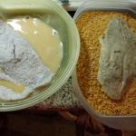 let wird durch die Panierstrasse nach dem würzen, Mehl,Ei und Cornflakes gezogen