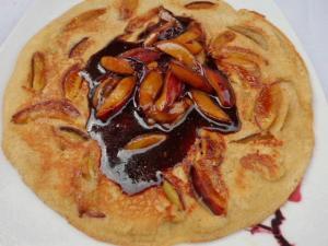 Eierpfannkuchen mit Pflaumen und Balsamico-Zimtsauce
