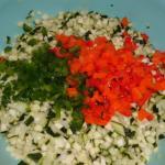 Zucchini-,Zwiebeln-,Paprikawürfel und Salz vermischen und über Nacht ziehen lassen