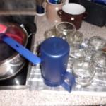 der Holundersaft wird mit Gelierzucker 4 Minuten gekocht und in die Gläser gefüllt