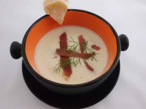 Käsesuppe mit Serrano Schinkenstreifen