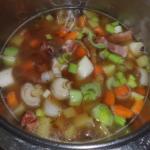 Rinderbrühe und Gemüse,Kräuter und Gewürze mitkochen