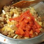 Tomaten mit Sauce und  Brühe aufgießen