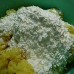 Kartoffelteig mit Kartoffelmehl vermengen