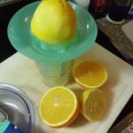 Zitronenabrieb,und Saft von Zitrone und Orange