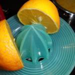 1 Orange auspressen und in die Suppe geben
