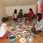 Vorbereitungen:auf die Teller werden kleine Portionen angerichtet