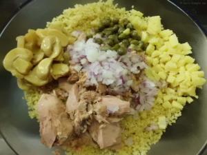 Zutaten für den Salat klein schneiden und mit Pfeffer,Salz Öl und Essig abschmecken