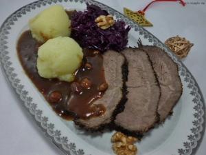 Teller mit Klöße,Rotkohl und rheinischer Sauerbraten