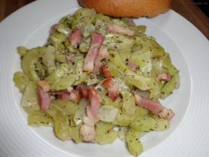 warmer Gurkensalat angerichtet auf Teller