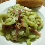 Teller mit Gurkensalat und Brötchen