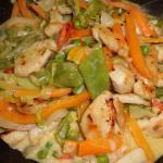 zum Gemüse das Hähnchenfleisch unterheben
