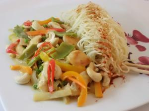 Thai-Wok mit Mie Nudel Gemüse und Hähnchenstreifen