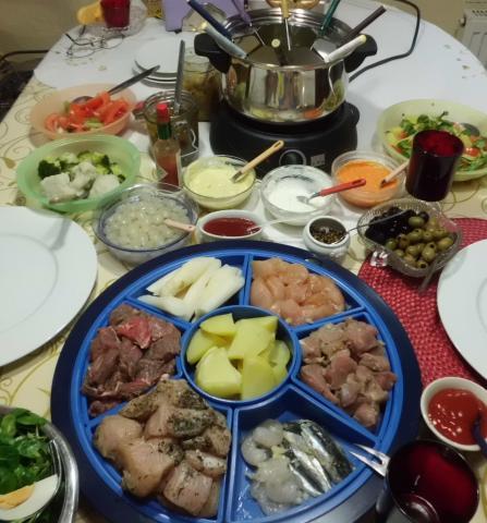 Tisch angerichtet mit Fleischfondue