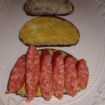 Schwarzbrot,Butter,Senf,Mettwurst und Zwiebeln