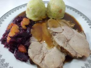 Teller mit Schweinebraten,Klöße und Rotkohl