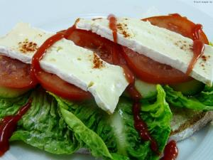 Brot mit Salat und Camembert