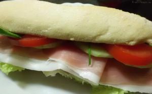 belegtes sandwich,Schinken Salat,Tomate,Gurke