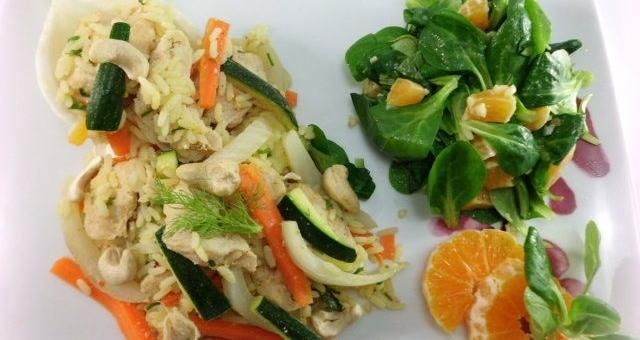 Teller Gemüse Reispfanne mit Feldsalat