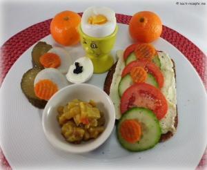 Schwarzbrot mit Camembert ,Ei, Sellerie,Chutney,Tomaten und Gurken