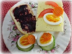 Brötchen mit Marmelade und Käse