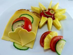 Vollkorntoast mit Käse,Tomaten,Gurken und Ananas