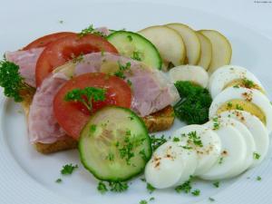 Vollkorntoastbrot mit Sülzwurst,Ei, Tomaten,Gurken und Birne