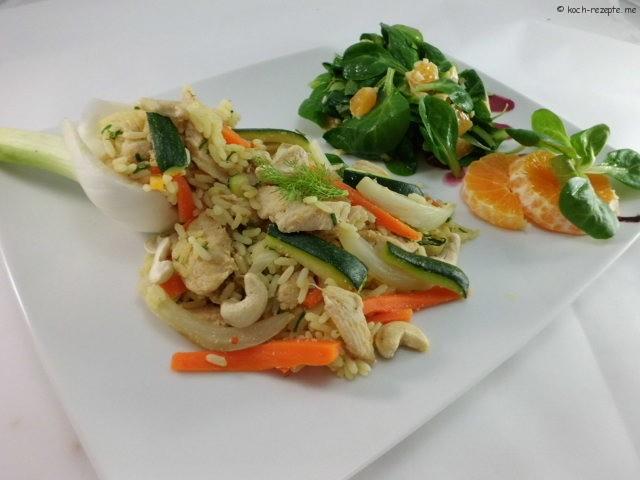 Gemüse Reispfanne angerichtet mit Feldsalat